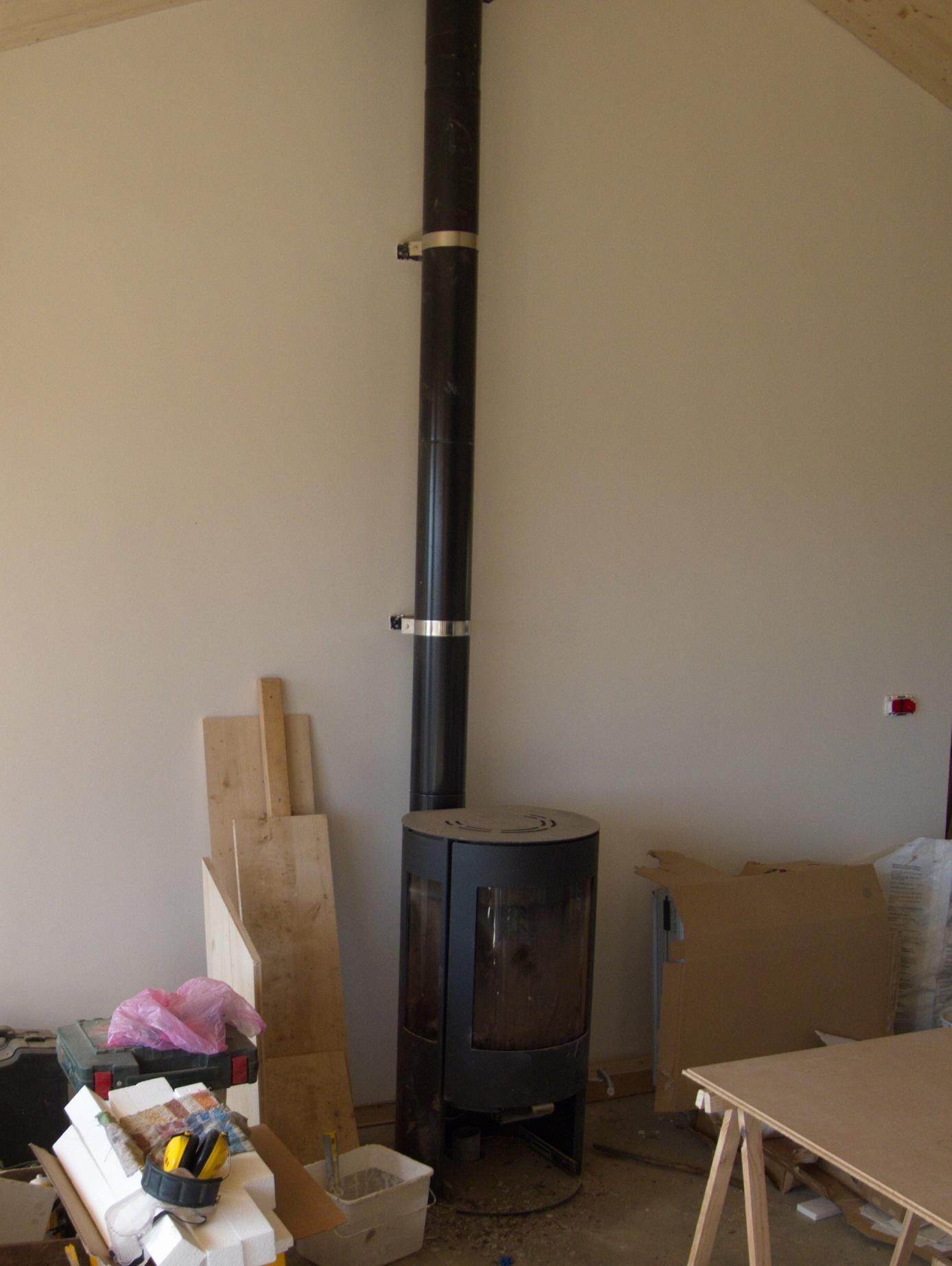 Visite de la maison de paille de come morize exploitant for Poele a bois fait maison